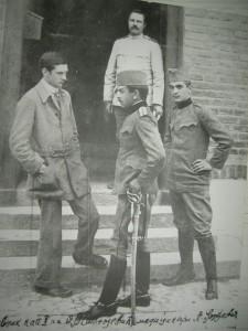 Д-р Владимир Станоевич со студентами-медиками перед административным зданием Военного госпиталя (г. Ниш)
