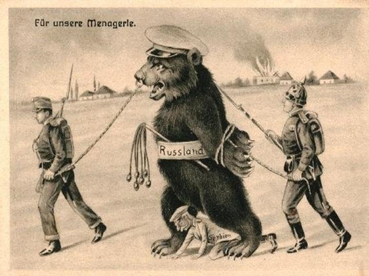Немецкая карикатура 1914 года, на которой пехотинцы из Австрии и Германии ведут укрощённого русского медведя. Между ног у медведя,  в лице короля Петра I Карагерогиевича — Сербия. Надпись на карикатуре: ДЛЯ НАШЕГО ЗВЕРИНЦА