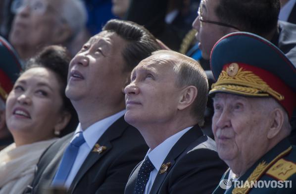ПРезидент РФ Владимир Путин и председатель КНР Си Цзиньпин с супругой Пэн Лиюань во время военного парада в ознаменование 70-летия Победы в Великой Отечественной войне