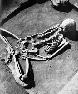 """Покойник похоронен в позе «лотоса». Фото из книги """"Лепенский вир"""" Драгослава Срейовича, 1972 г."""