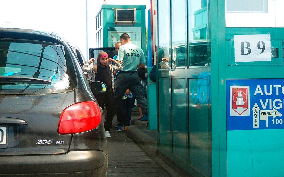 Венгерские таможенники ищут на границе беженцев в автомобилях