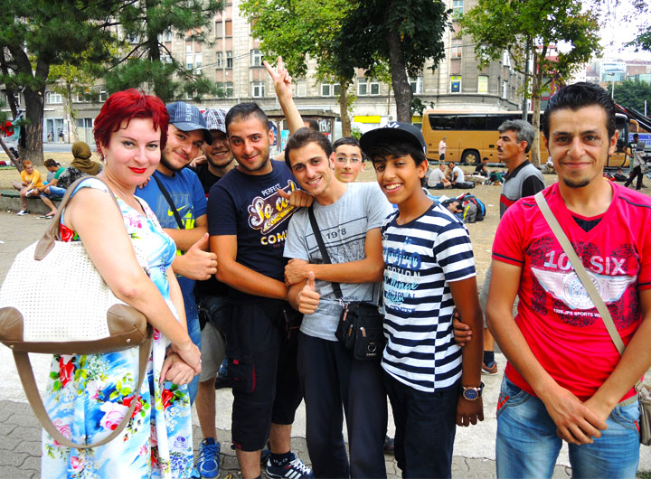 Дарья Асламова с иммигрантами. Эти молодые сирийцы мечтают добраться до Германии, потому что там «все бесплатно»