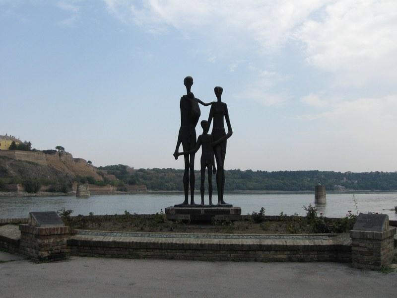 Памятник жертвам резни в Нови-Саде