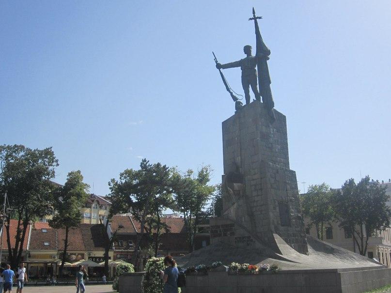 Памятник на центральной городской площади в Кралево