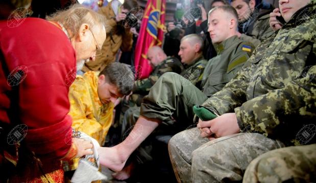 Во Львове за убийство мирного населения Донбасса епископ УГКЦ братоубийцам и детоубийцам, насильникам АТОшникам моет ноги на Чистый Четверг, хотя Христос это делал апостолам для проповеди Евангелия