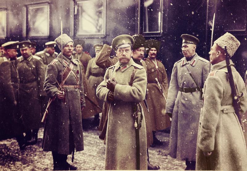Император Николай II выходит из вагона литерного поезда в районе Двинска. 1916 год