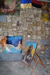 В музее «Небесной сотни», где рядом с портретом Папы Римского показывающего рукой знак «люкс», разместили картину вооруженного боевика-убийцы в маске. Что, тем самым, оправдывает и поощряет религиозную мотивацию в братоубийстве
