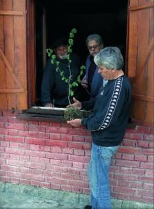 С поэтами Любивоем Ршумовичем и Мошей Одаловичем, которые принесли ему саженцы орешника