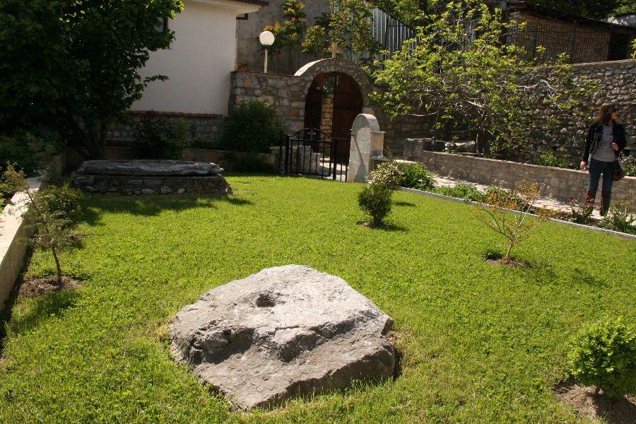 Двор церкви Богородицы Челницы в Охриде