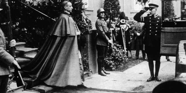 Набожный папа Пий XII выходит из президентской палаты в Берлине. Март 1929 года.