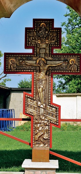 Крест у входа на территорию монастыря Рукумия