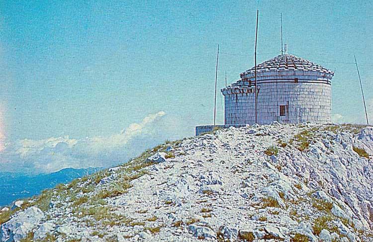 Часовня на горе Ловчен - гробница по завещанию поэта. Разрушена австро-венгерскими оккупантамы в 1916-м, потом югославскими коммунистами в 1969 году.