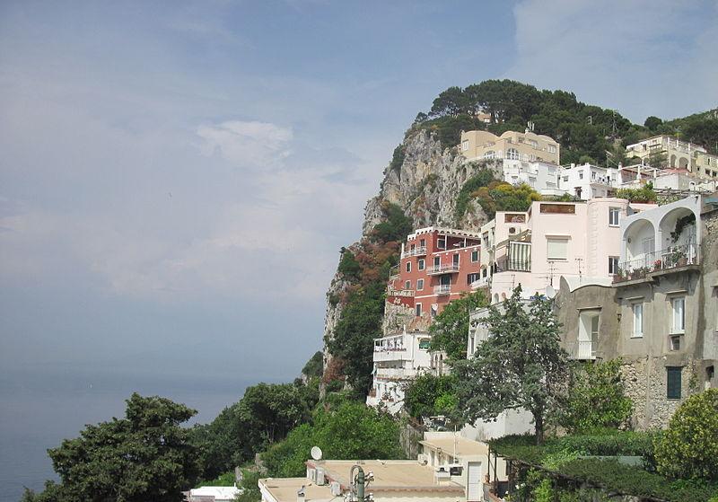 Вилла на Капри (бордовая), которую арендовал Горький в 1909—1911 гг.