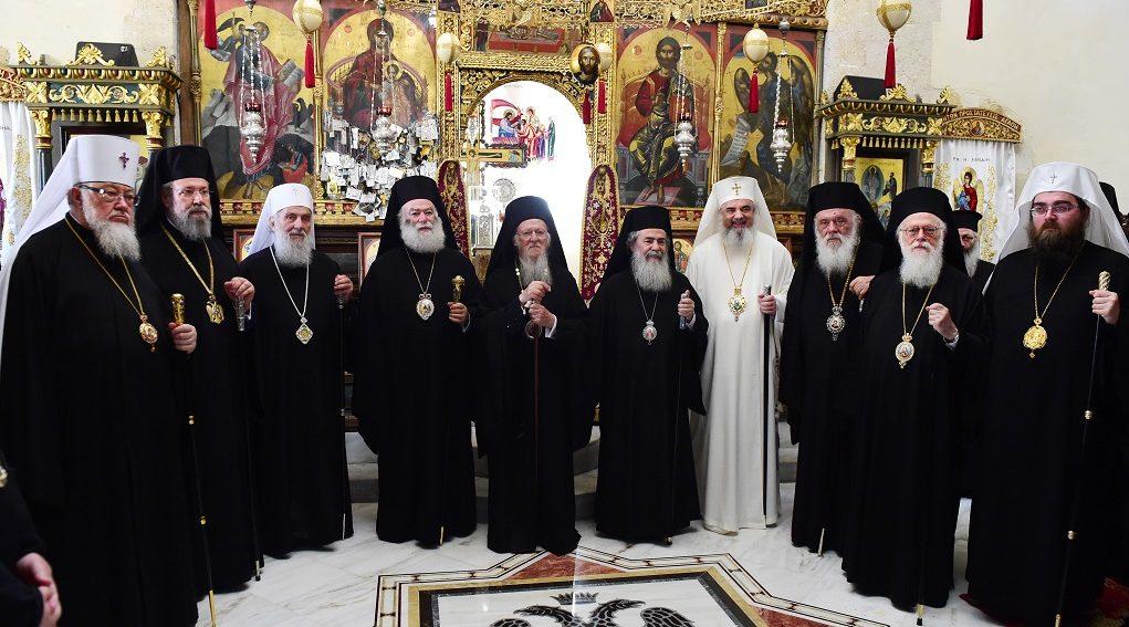 Οικογενειακή φωτογραφία του Οικουμενικού Πατριάρχη Βαρθολομαίου με πατριάρχες στην Ιερά Πατριαρχική και Σταυροπηγιακή Μονή της Παναγίας Γωνιάς όπου συμπροσευχήθηκαν, Παρασκευή 17 Ιουνίου 2016. ΑΠΕ-ΜΠΕ/ΑΠΕ-ΜΠΕ/ΔΗΜΗΤΡΗΣ ΠΑΝΑΓΟΣ