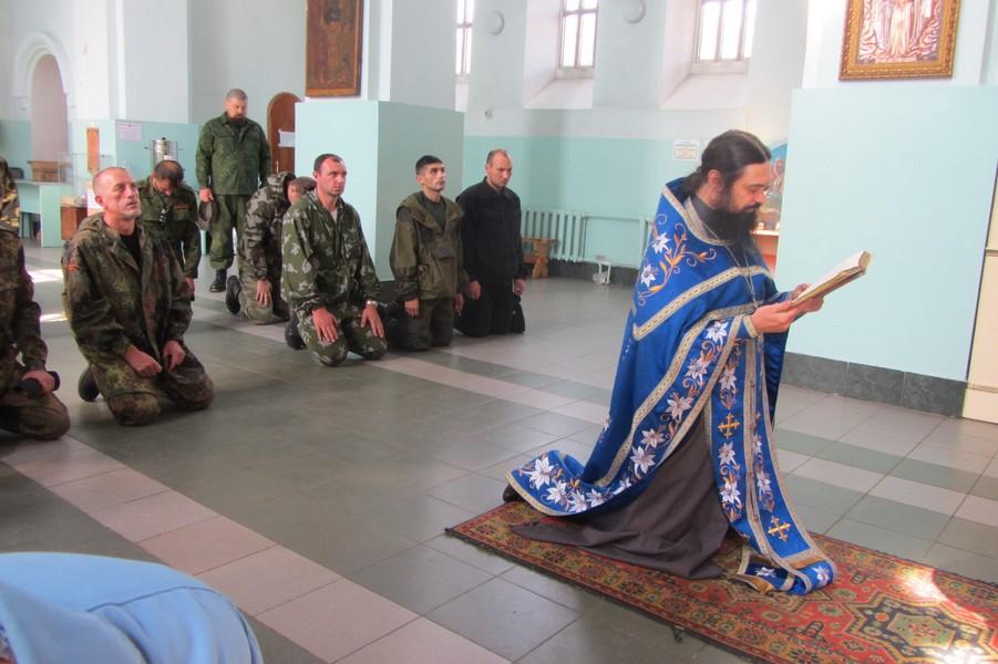 Ополченцы-интернационалисты на молитве в православном храме с «пастырем ватников»)
