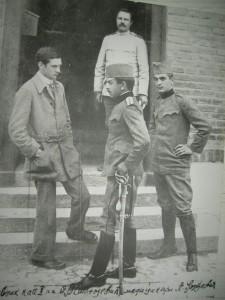 Владимир Станојевић-Трнски у друштву медицинара испред управне зграде војне болнице (Ниш)