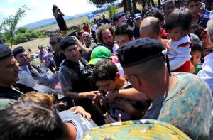 Мигранти прѣлазе граничну линију из Грчке у Македонију