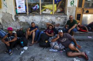 Мигранти из Ирака одмарају на улици. Прешево, Србија