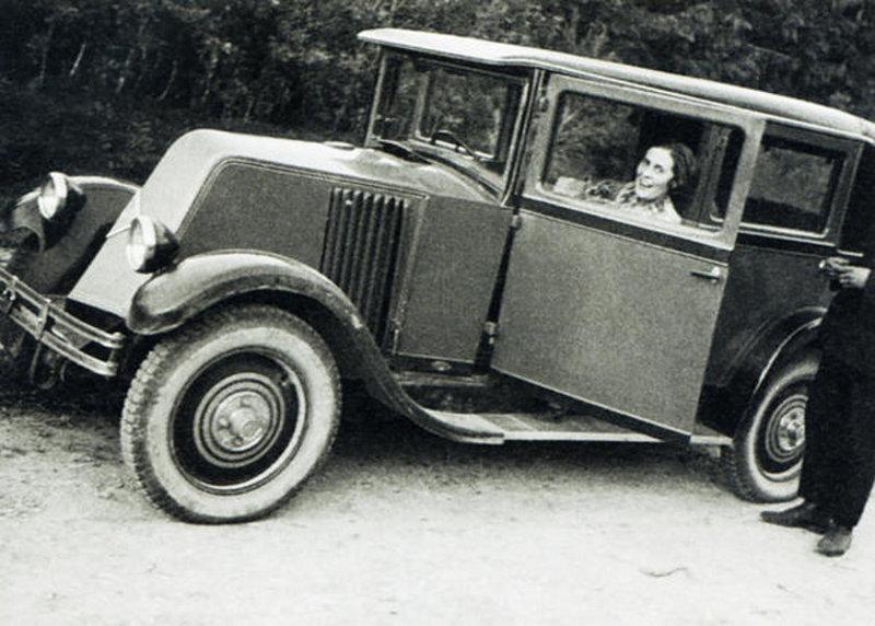 Љиља Брик у аутомобилу поклоњеном од Мајаковског: била је прва жена у Совјетском Савезу која је добила возачку дозволу.