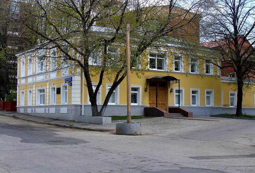 Зграда у Гендриковом сокаку у Москви, који данас носи име Мајаковског. На првом спрату зграде налазио се стан Мајаковског
