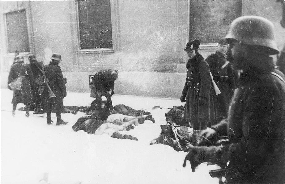 Мађарски окупатори убијају грађане Новог Сада током рације 1942. Извор: Музеј Војводине