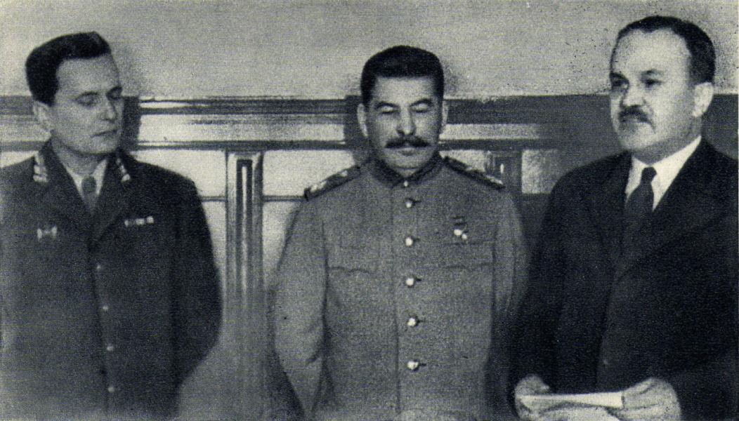 Слѣва надесно: Тито, Стаљин и Молотов