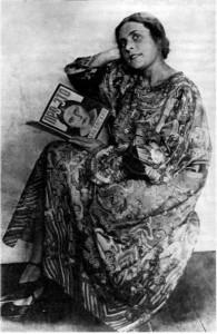 """Љиља Брик с примѣрком књиге """"О томе"""". Фотографија Александра Родченка, 1924."""