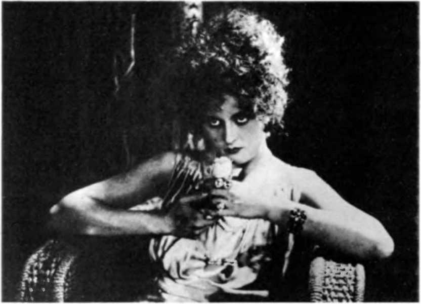 """Вероника (Нора) Полонска (1908-1994) у филму Љиље Брик """"Стаклено око"""". Била је једини свѣдок смрти Мајаковског."""