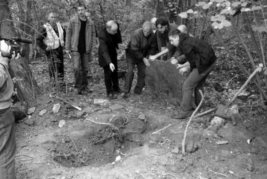Ископавање жртава комунистичког терора крајем 1944. код потока Змијанац, Бољевац, 1. октобра 1910.