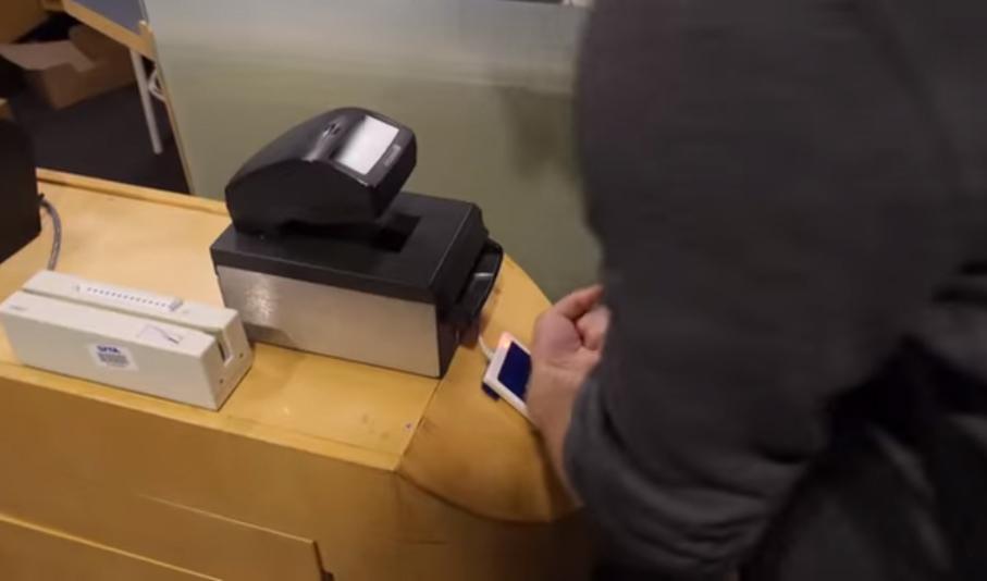Недѣља, 3. јануар 2016, аеродром у Стокхолму: Андреас Сјостром наслања руку на читач чипа.