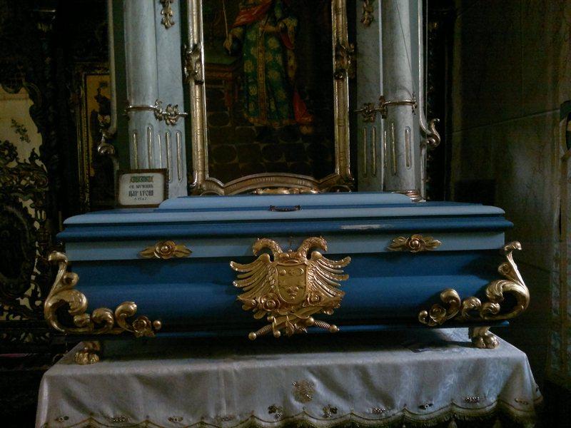 Ћивот са моштима Светог Цара Стефана Уроша IV у фрушкогорском манастиру Јазак