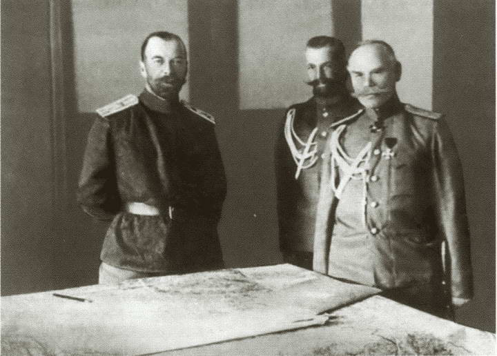 Цар Николај II и генерал Михаил Васиљевић Алексѣјев (трећи слѣва)