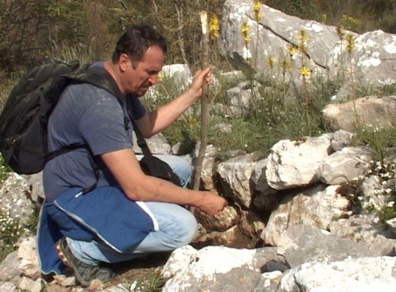 Археолог Младен Загарчанин поред остатака утврђења на Облику
