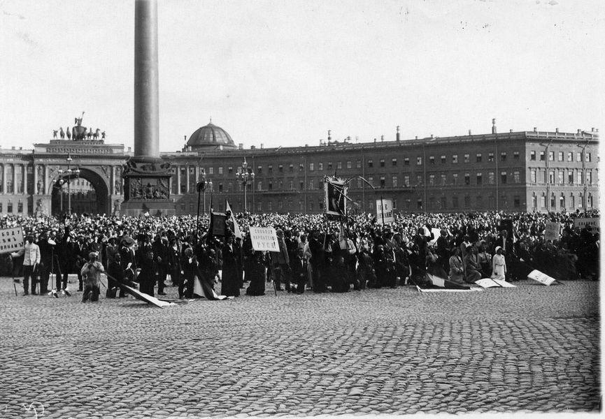 Народ на Дворском тргу током читања прогласа о ступању Русије у рат