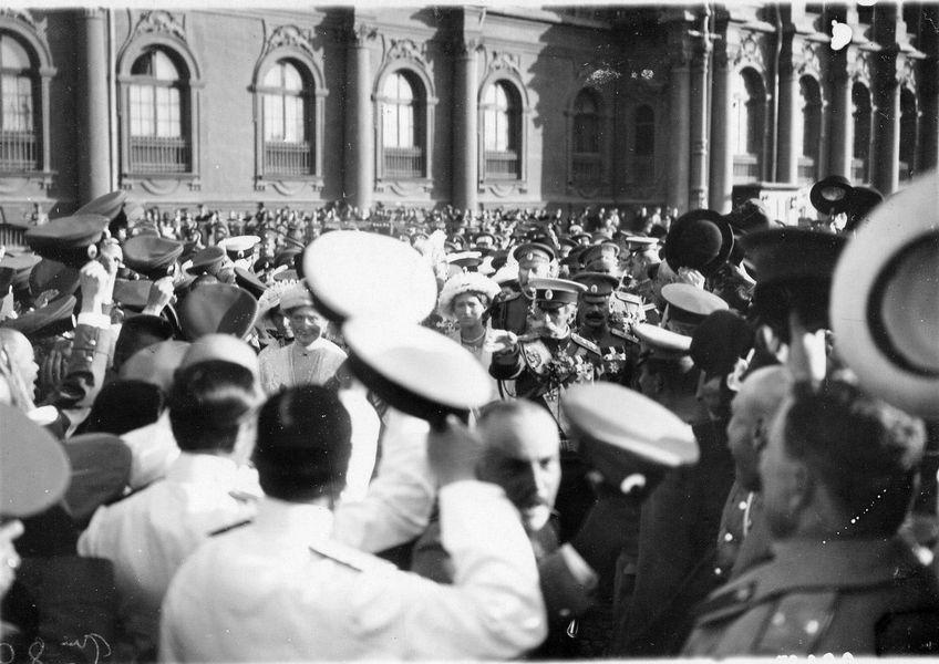 """Цар Николај II излази из малог улаза Зимског дворца на кеј у правцу јахте """"Штандарт"""" након читања прогласа о објави рата"""