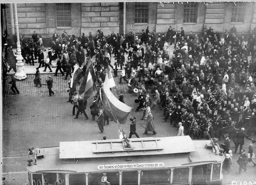 Демонстранти се враћају Невским проспектом (поред Царске јавне библиотеке) послѣ читања прогласа о објави рата Нѣмачкој