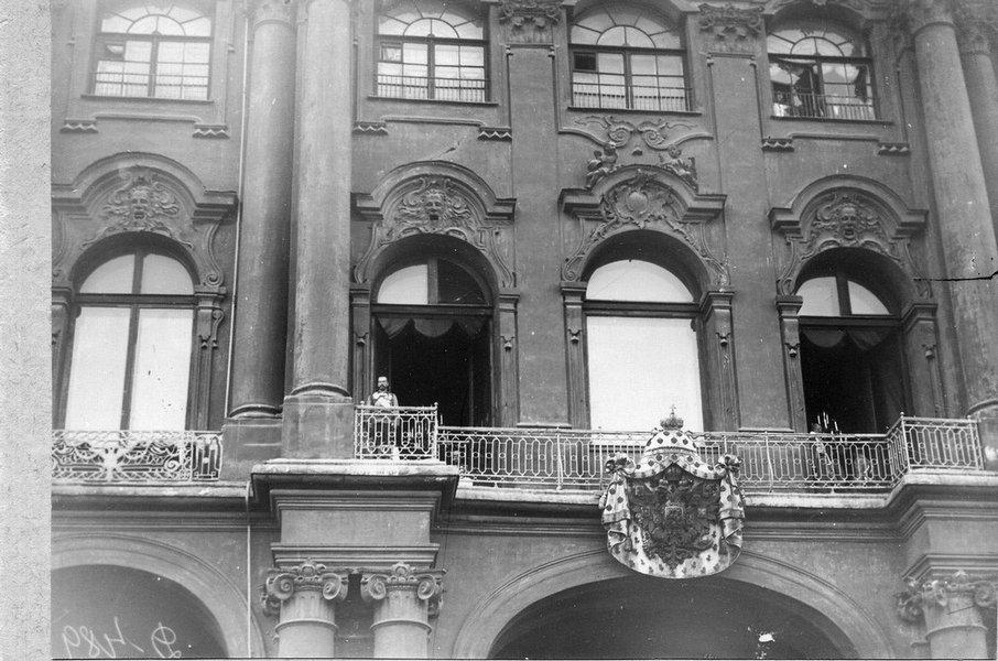 Цар Николај II излази на балкон Зимског дворца прѣ читања прогласа о ступању Русије у рат