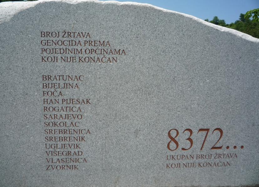 monument_du_memorial_et_cimetiere_de_srebrenica-potocari
