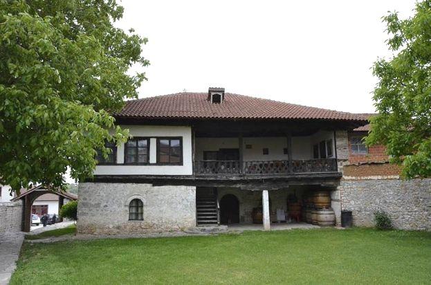 Дечанска виница манастира Дечани своје виногорје у Великој Хочи има још из времена цара Душана