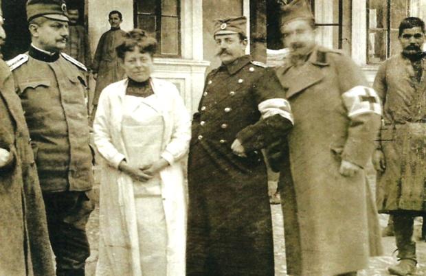 Сликарка Надежда Петровић испред Ваљевске болнице 1915.