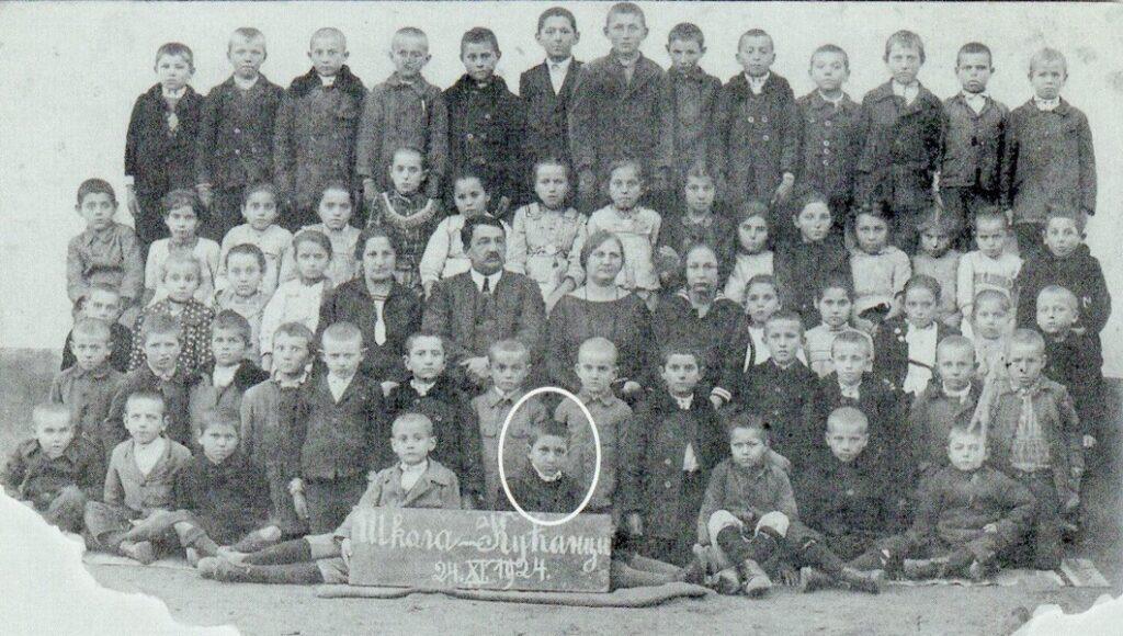 """Гојко Стојчевић (заокружен) као ученик и Кућанцима 24. 11. 1924. године (преузето из књиге Јована Јањића """"Будимо људи"""")"""